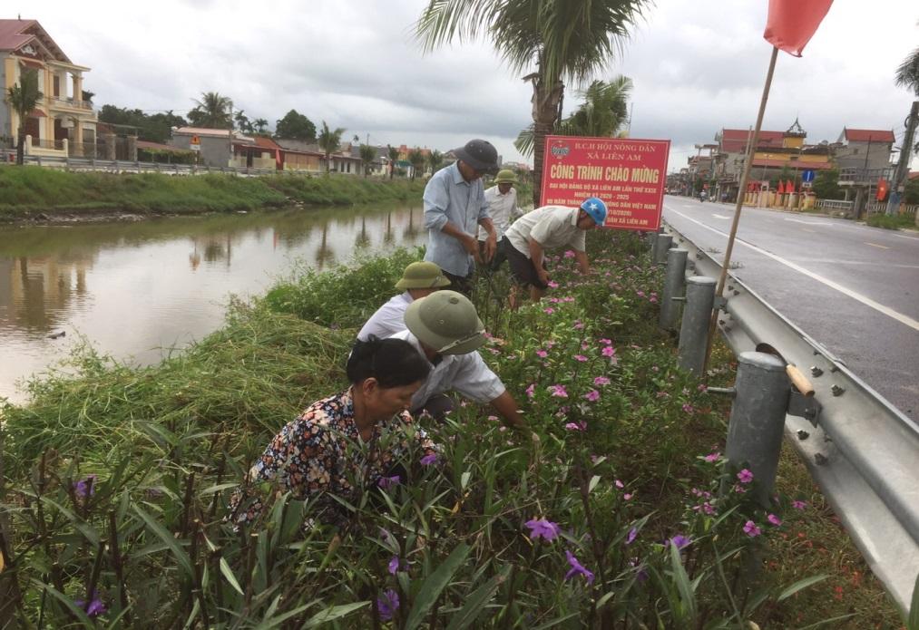 Hội Nông dân xã Liên Am phát động phong trào tổng dọn vệ sinh trên tuyến đường hoa do Hội Nông dân tự quản